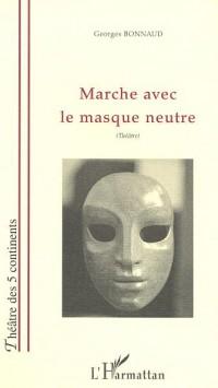 Marche avec un masque neutre