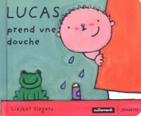 Lucas prend une douche