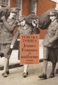 Jeunes femmes en uniforme