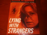 Lying With Strangers (LARGE PRINT) [Gebundene Ausgabe] by Grippando, James