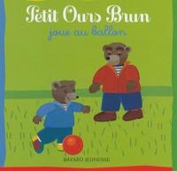 Petit Ours Brun joue au ballon